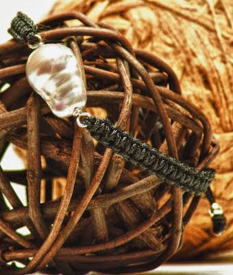 Pulsera de plata perla barroca gris personalizada artesanal. Joyería en plata bisutería alhajas con encanto