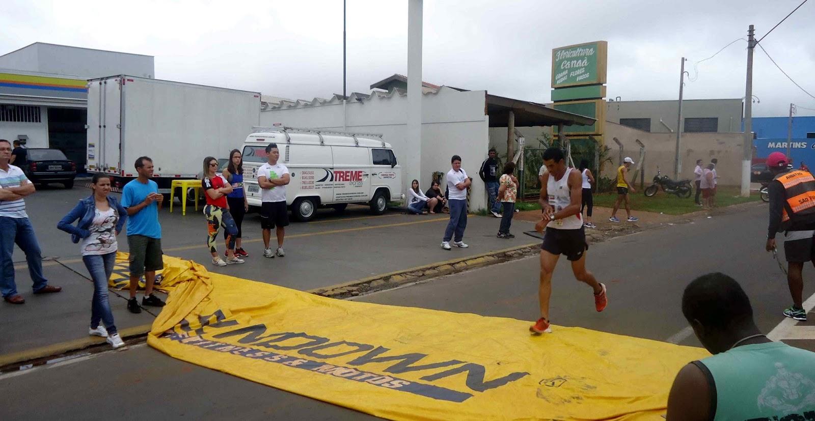 Foto 51 da 1ª Corrida Av. dos Coqueiros em Barretos-SP 14/04/2013 – Atletas cruzando a linha de chegada