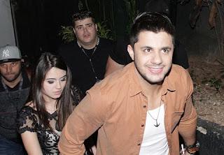 Um acidente de carro no interior de Goiás abreviou a história de amor que vinha sendo construída por Allana Coelho Pinto de Moraes e o cantor Cristiano Araújo, na madrugada desta quarta-feira (24). A jovem, de apenas 19 anos e sorriso fácil, morreu após um acidente de carro na BR-153.