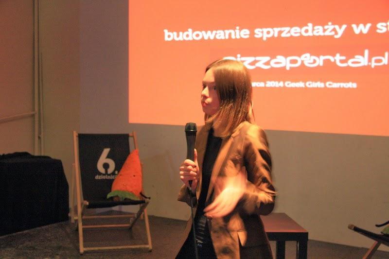 Prezentacja Karoliny Zasada, kobieta na scenie, 6 Dzielnica, spotkanie kobiet, branża IT, fotografia Ewelina Choroba