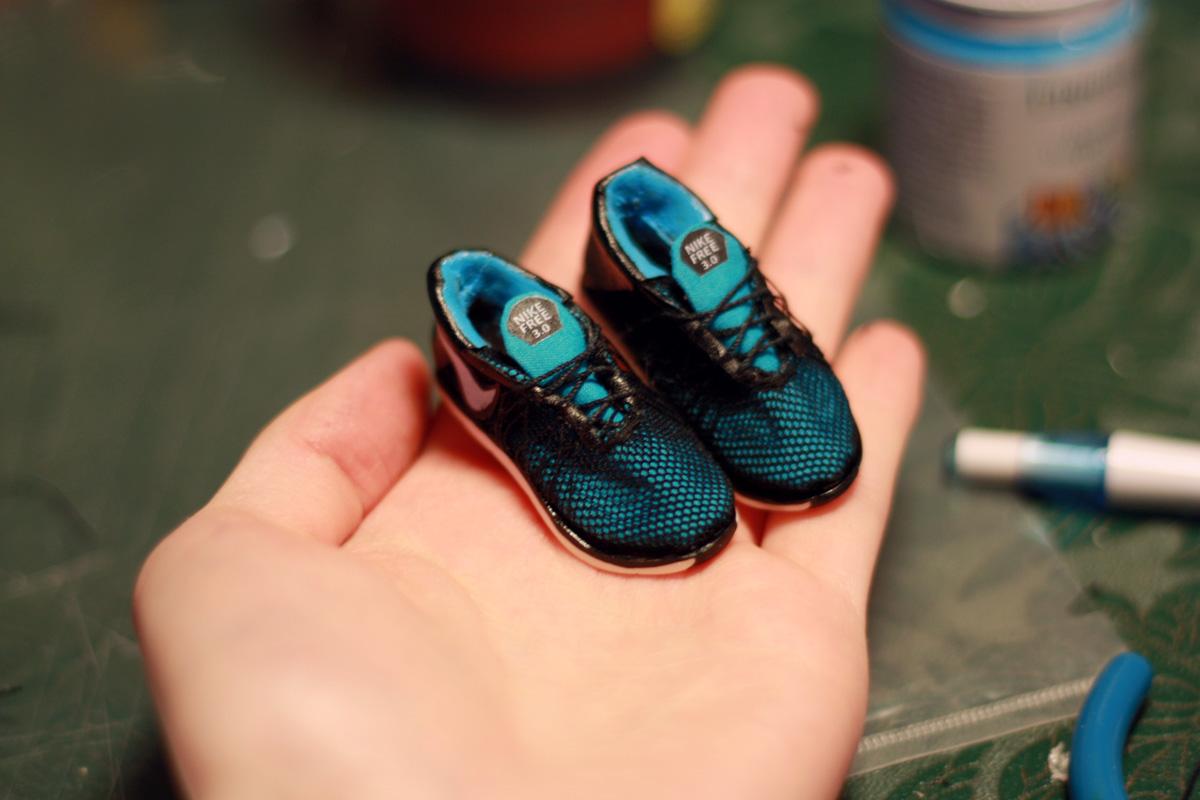 Миниатюрные кроссовки для куклы. Обувь для куклы