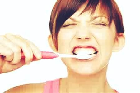 Gambar kebiasaan menggosok gigi yang justru salah kaprah dan berbahaya