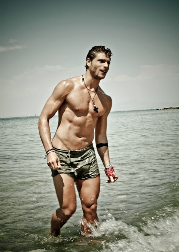 Giorgos Manikas, фотосессия на пляже