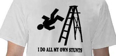 """T-shirt com a imagem de um boneco a cair de um escadote e com a mensagem """"I do all my own stunts"""""""