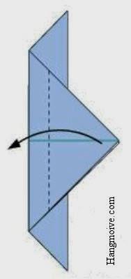 Gấp phần giấy phía trên của đỉnh tam giác vừa tạo ra theo hướng ngược lại giống như hình vẽ.
