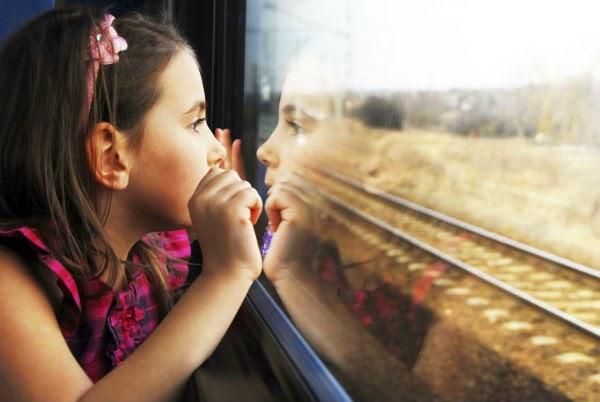 viajar-tren-niña-ventana-via