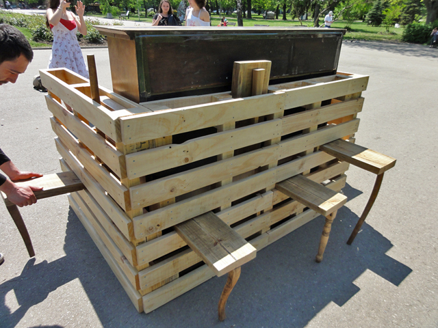 Piano usa estrutura de paletes reciclados
