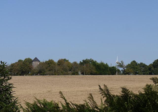 éolienne pipriac et ancien moulin à vent