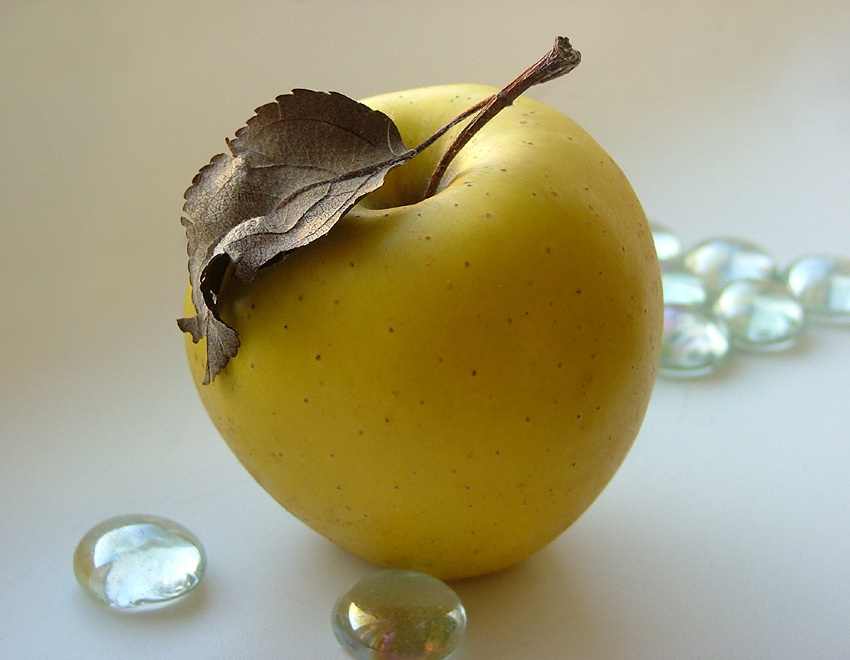 Do not eat apples with seeds , it is very dangerous to health