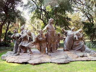 Estatua de saturnalia Jardín botanico de Buenos Aires.