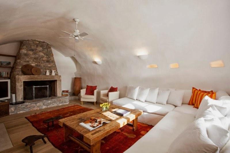 salón con paredes de piedra encaladas
