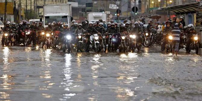Banjir terjang Jakarta, ketinggian air selutut orang dewasa