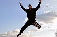 Uomo che salta con energia grazie a integratori di magnesio