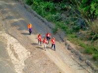 Caminants recorren la Riera de Pierola
