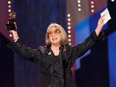 Destaque do teatro americano, Julie Harris morre aos 87 anos em Massachusetts, EUA.