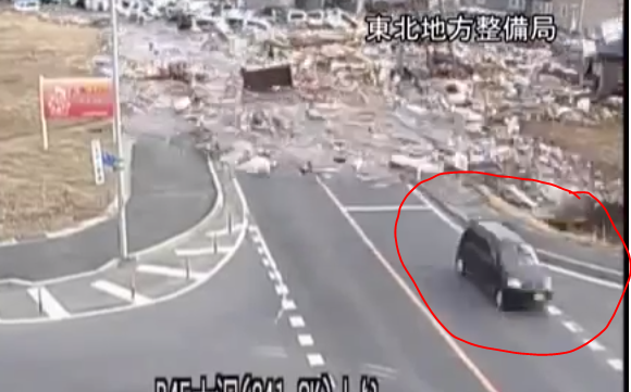 شاهد كيف نجا هذا الياباني من كارثة التسونامي في اللحظة الأخيرة بالفيديو