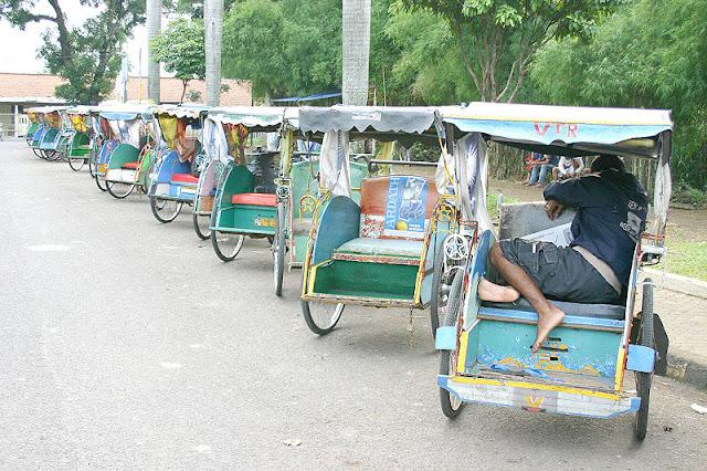 Gambar Sekumpulan Becak yang sedang menunggu penumpang di Bogor