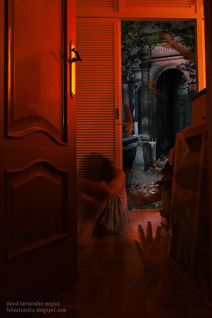 Fotografía realizada para el reto miedo de la familia fotera tratándose el antiguo miedo de los fantasmas y monstruos que habitan en armarios y casas, un miedo psicólogico ¿o un miedo real?