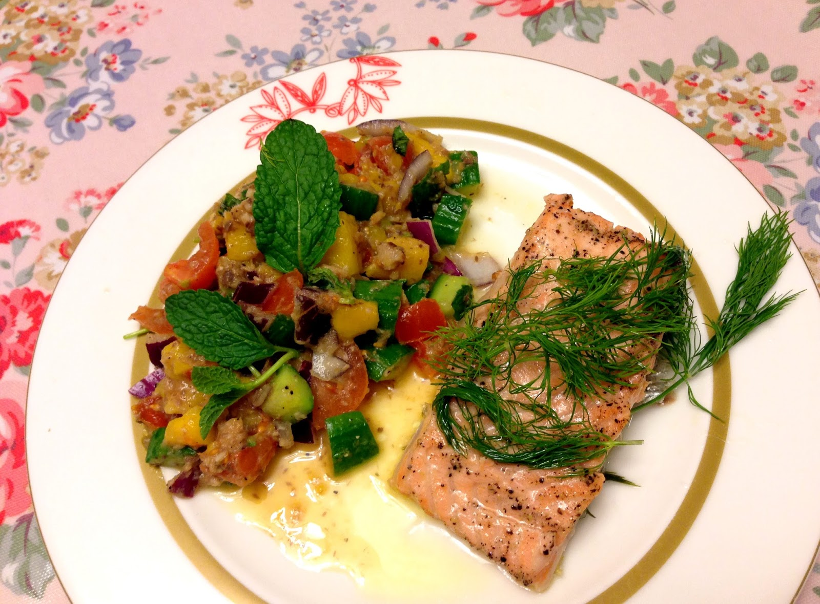芒果沙甸魚沙律配蔬菜湯浸三文魚