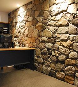Revestimiento de paredes con piedra construya f cil - Piedra decorativa para interiores ...