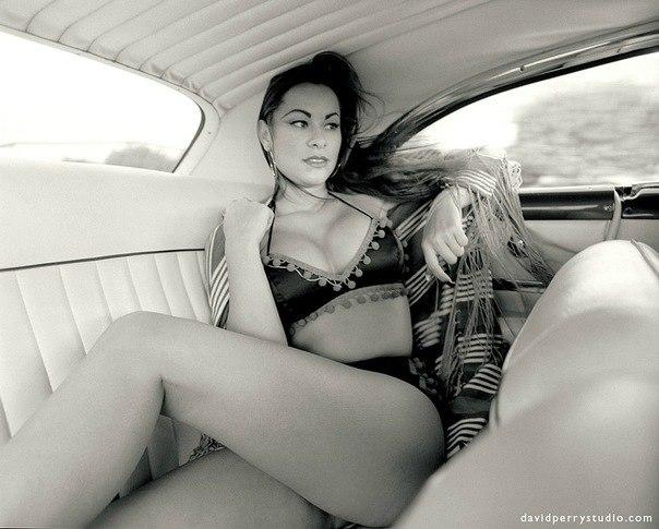 Красивая девушка лежит на заднем сидении