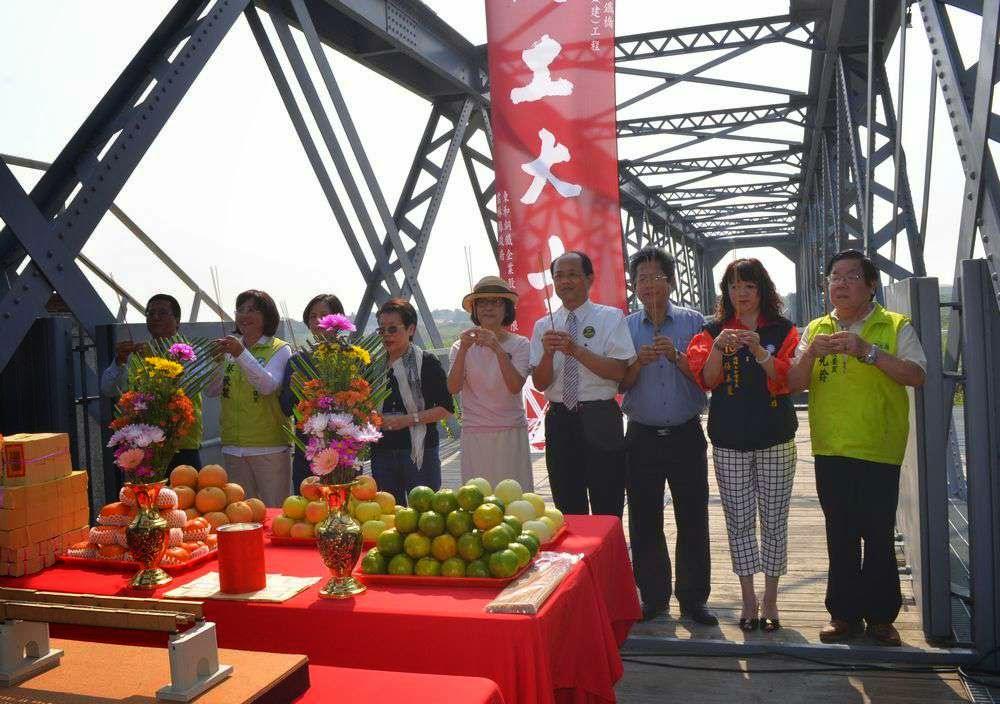 百年古蹟-虎尾糖廠的鐵橋因蘇拉颱風斷了/ 2014.11東和鋼鐵動工義修虎尾鐵橋