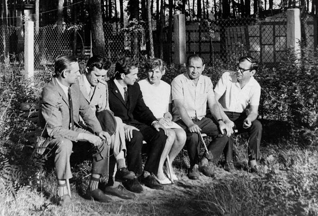 Spotkanie po latach, Sielpia 1971 r. Drugi od prawej Michaił Iwanowicz Esaułow, pierwszy od prawej Jerzy Woźniak, pierwszy z lewej Józef Płuciennik. Fotografię udostępnił Zdzisław Kobyłecki.