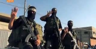 بالفيديو: مشاهدة عرض عسكري  لكتائب القسام بغزة يرفع إشارة رابعة في تحدي للجيش المصري