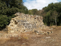 Restes de murs de coberts, arran de camí, de Sabruneta