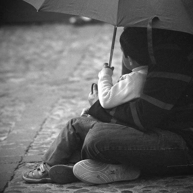niño con paraguas