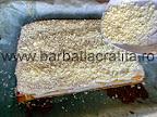 Prajitura cu lamaie prepararea retetei - decorarea cu ciocolata alba rasa
