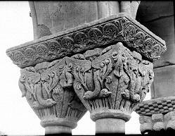 Capitel buitres afrontados con entramado vegetal