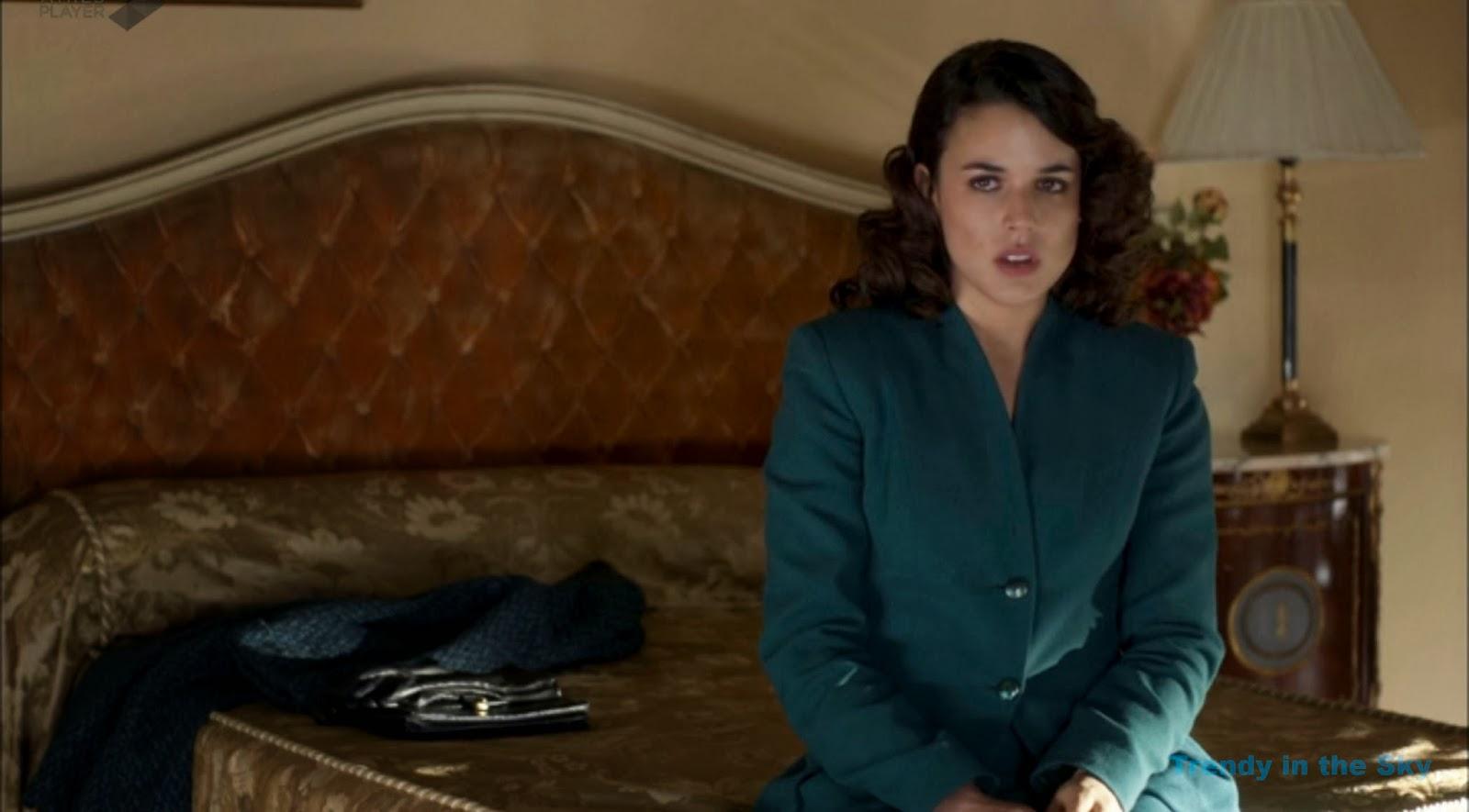 Sira Quiroga abrigo traje verde. El tiempo entre costuras capítulo final