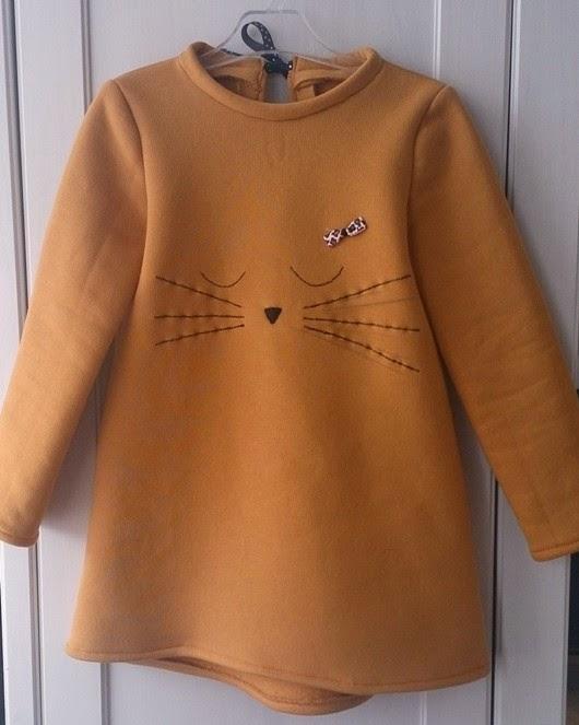 Musztardowa sukienka z kotkiem