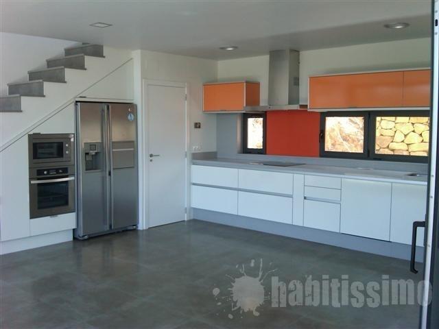 Decoraciones y mas modernas cocinas bajo las escaleras en for Cocinas debajo de las escaleras