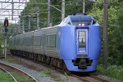 千歳線美々駅を通過するキハ281系特急スーパー北斗