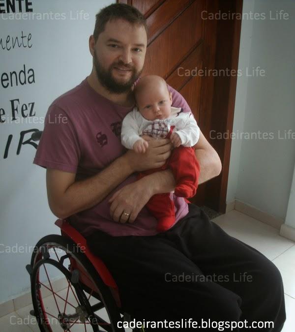Jonas Kernitskei cadeirante com sei filho