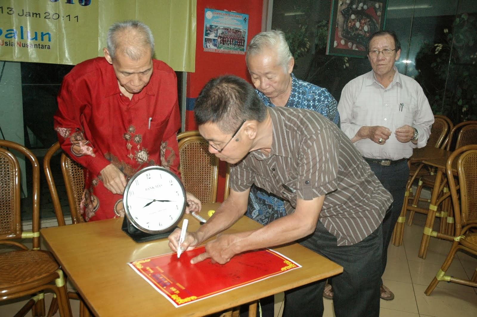 冯京循在签宪章纪念书
