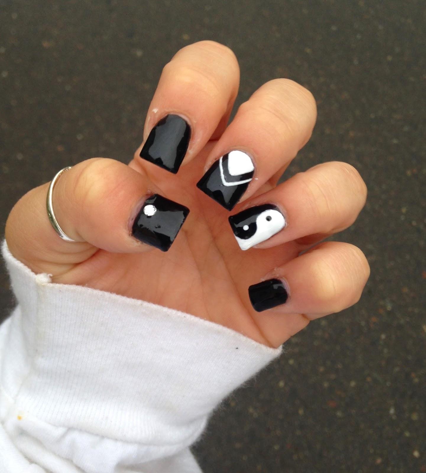 Nail art yin yang