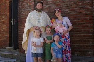 A foto em questão é de um padre ortodoxo e sua família. Eu a retirei da página do facebook Cristianismo Ortodoxo.