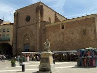 La Plaça de la Fira de Dalt amb la font commemorativa del 1714 i l'església de Sant Miquel al darrere. Autor: Francesc (Manresa)