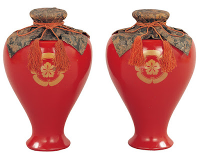 Red Lacquered Bottles with Quince Crest in Makie.