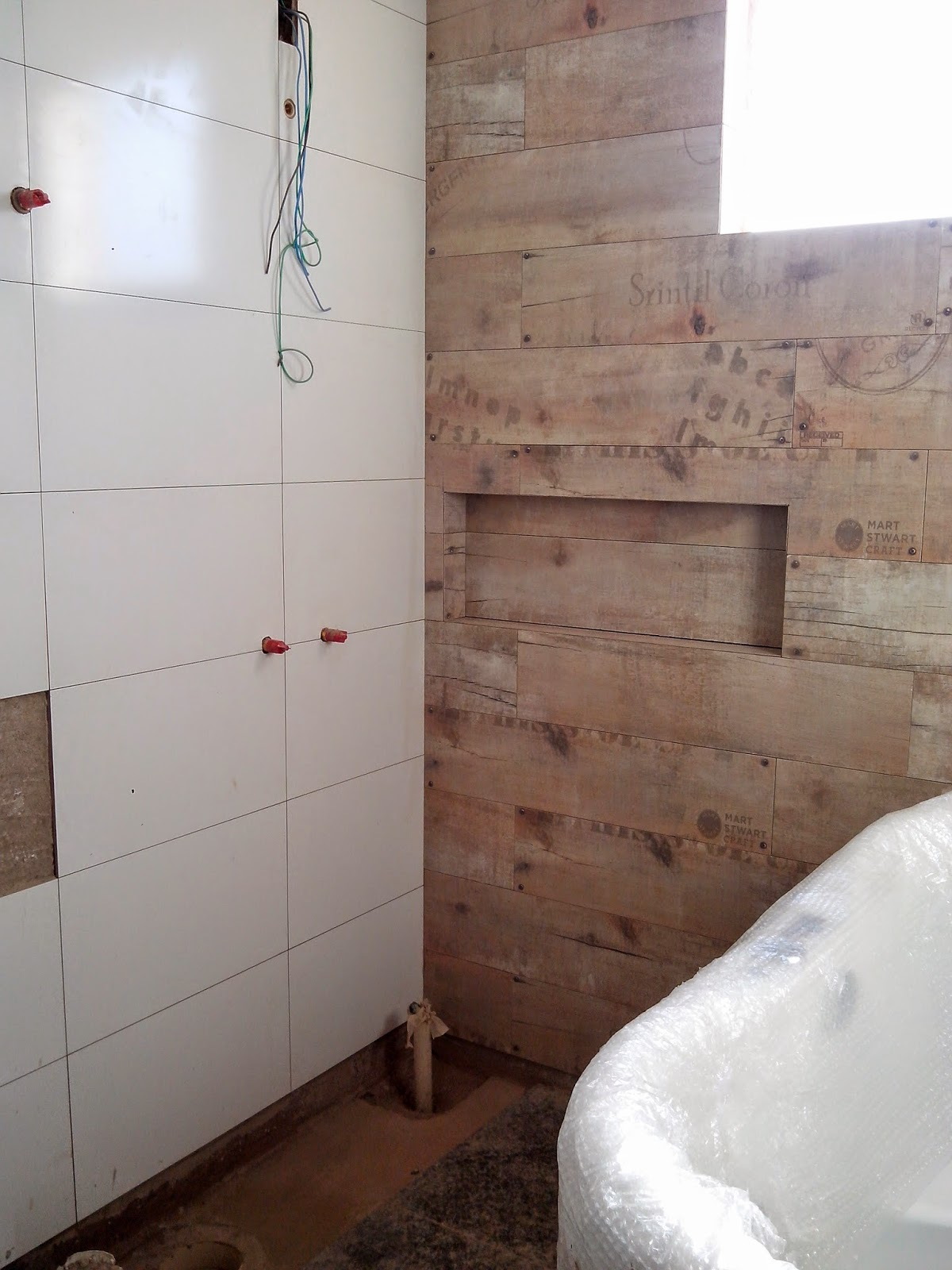 Junção da parede de fundo (fala que esse porcelanato não ficou  #38221A 1200x1600 Banheiro Com Banheira No Box