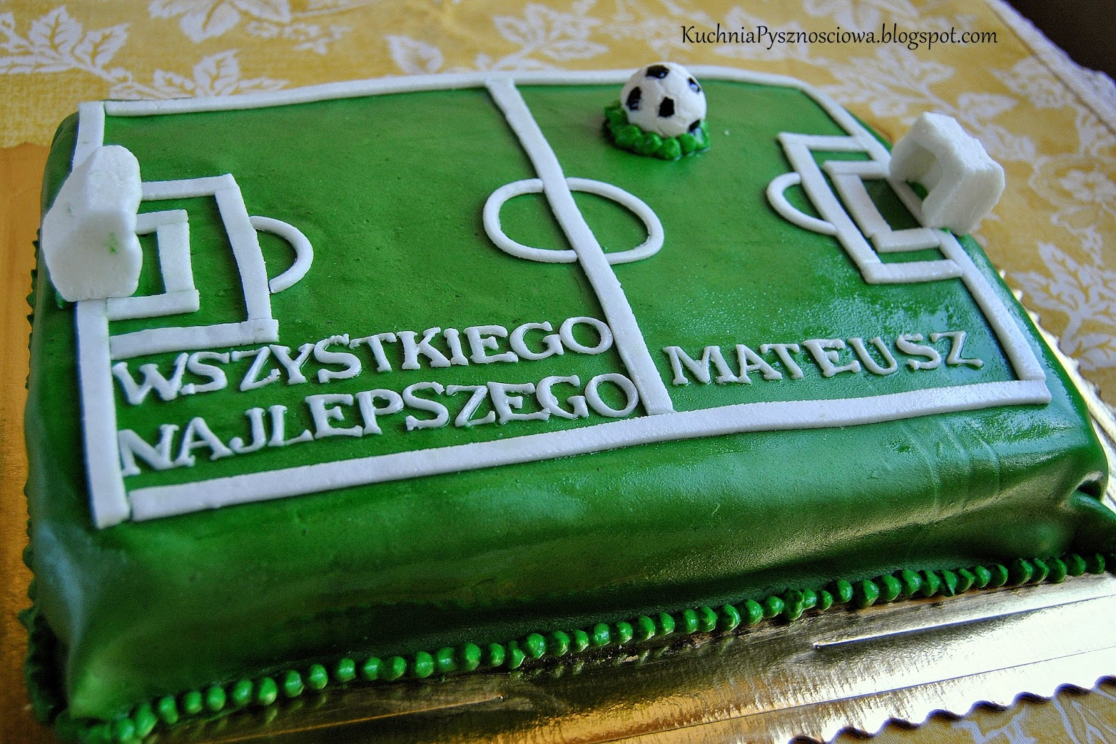 Tort z boiskiem dla młodego miłośnika piłki nożnej