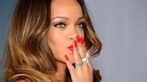 Rihanna uñas rojas