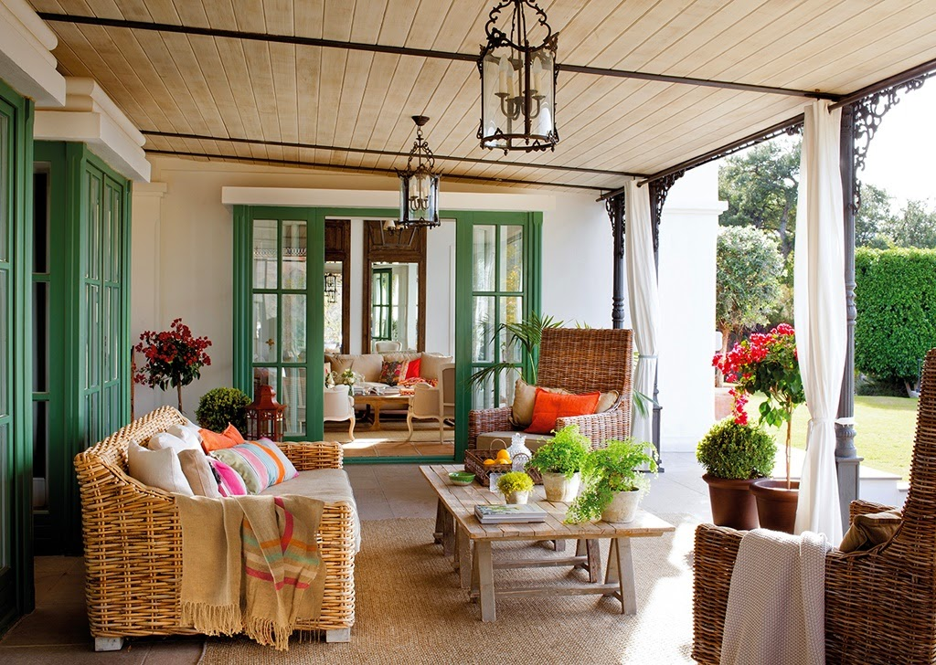 Roses and rust a colourful cheerful home - Patios con encanto ...