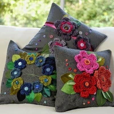 melissa melina crochet coussin au crochet mod le rond toile et avec des appliques de roses. Black Bedroom Furniture Sets. Home Design Ideas