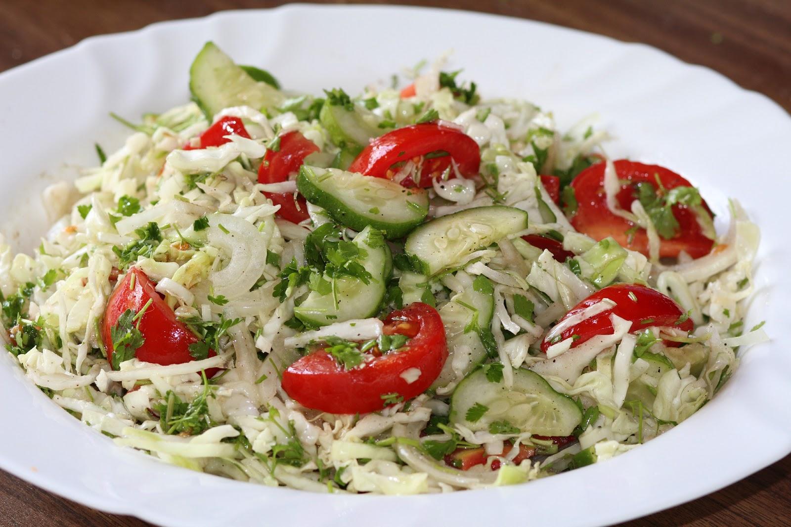 салат из капусты и огурцов и помидоров