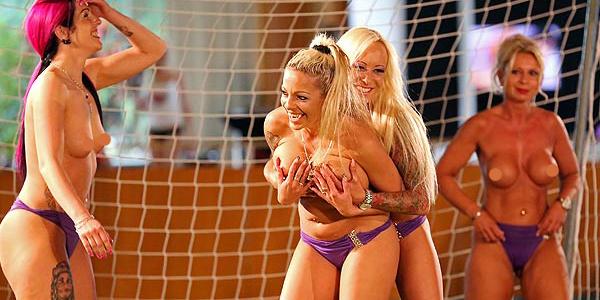 Di Jerman Wanita Main Sepak Bola Sambil Bugil ( Foto )