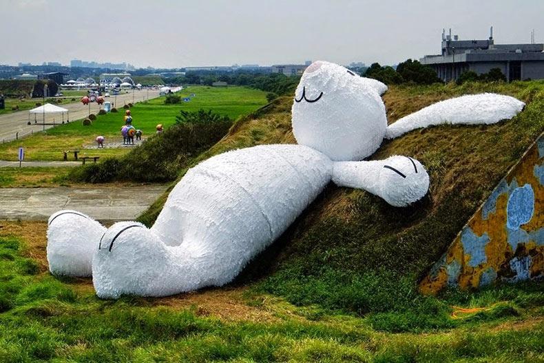 Soñando despierto con la instalación Conejo de la Luna de Florentijn Hofman